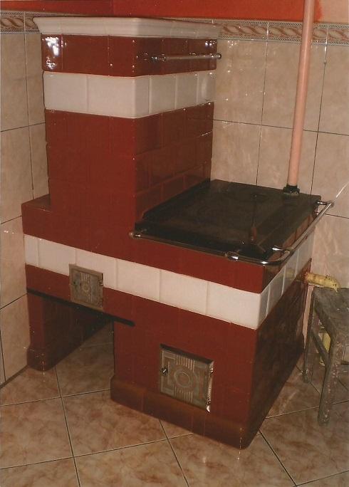 Kuchnia z filarem brazowa z bialym paskiem