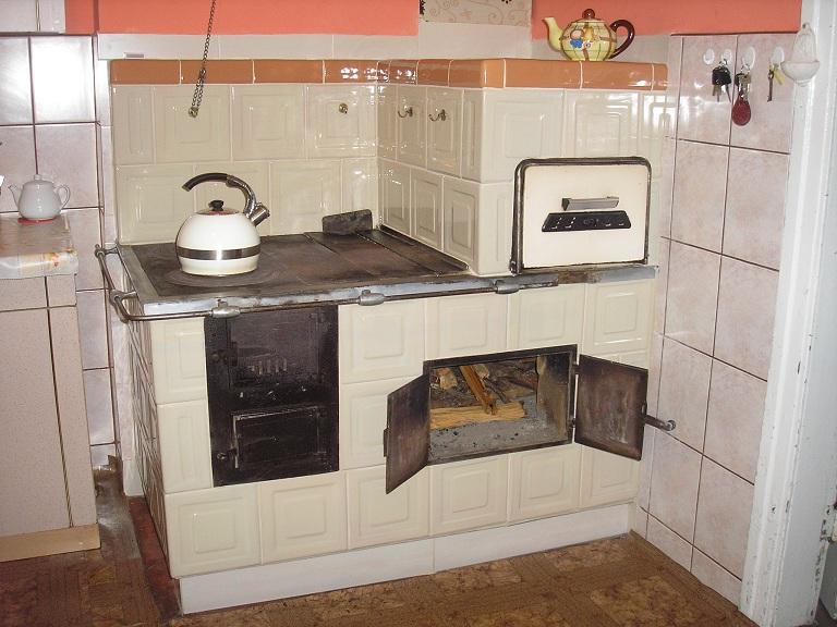 Kuchnia w rogu z kafli piecowych 215 x 215 z piecem chlebowym i piekarnikiem ekri