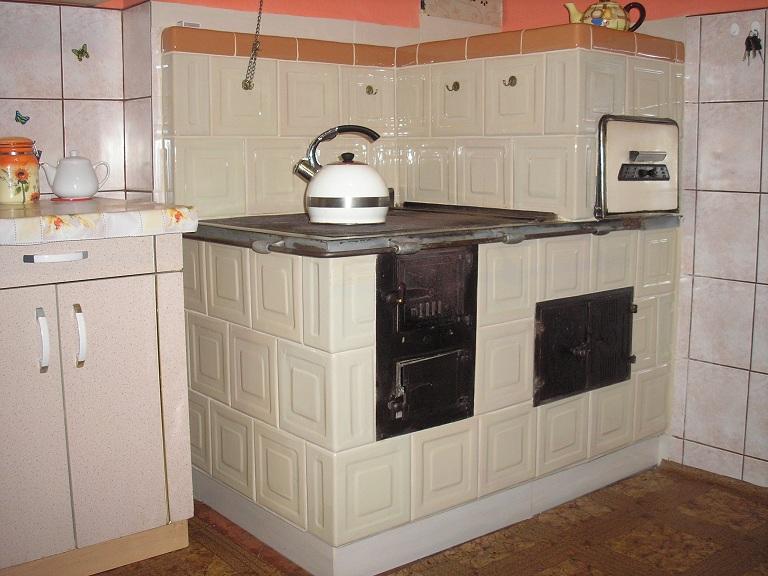 Kuchnia w rogu z kafli piecowych 215 x 215 z piecem chlebowym i piekarnikiem ekri 2