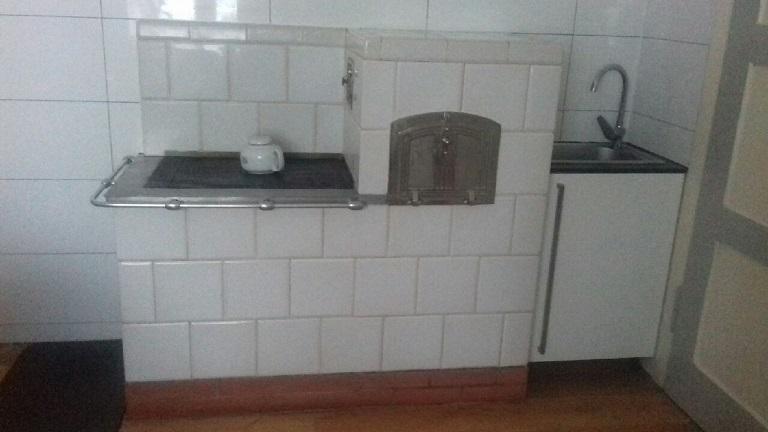 Kuchnia biała z piecem chlebowym. Kafle białe piecowe 215 x 215 gładkie