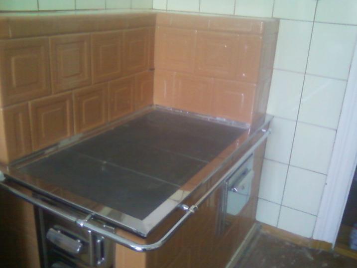 Kuchnia w rogu z wykladem z kafli piecowych wzor pasek kwadratu bezowa