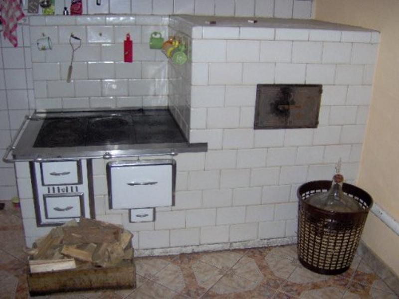Kuchnia w rogu z piecem chlebowym bia�a